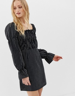 Glamorous dress with puff sleeves in pinstripe