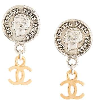 Chanel Pre-Owned CC medallion drop earrings