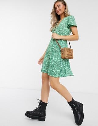 New Look puff sleeve tea dress in green pattern