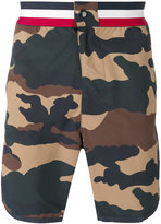 Moncler camouflage print swim shorts - men - Polyamide - L