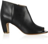gwen stefani  Who made Gwen Stefanis silver clutch handbag, black shoes, blue jeans, and zebra print leather jacke