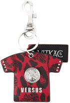 Versus T-shirt motif keyring - unisex - Leather/Metal (Other) - One Size