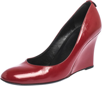 Gucci Red Textured Patent Leather Wedge Round Toe Pumps Size 37