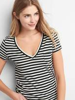 V-neck stripe pocket tee