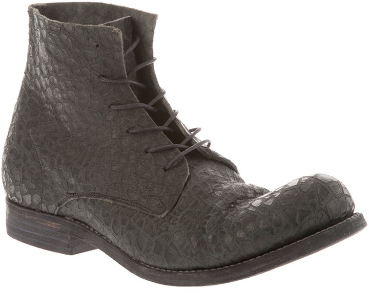 A Diciannoveventitre cracked leather boot