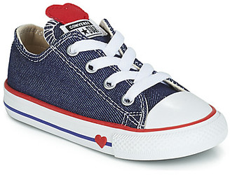 Converse CHUCK TAYLOR ALL STAR SUCKER FOR LOVE DENIM OX girls's Shoes (Trainers) in Blue