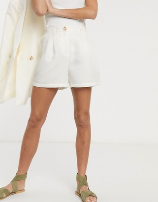 Pieces tailored city shorts in cream