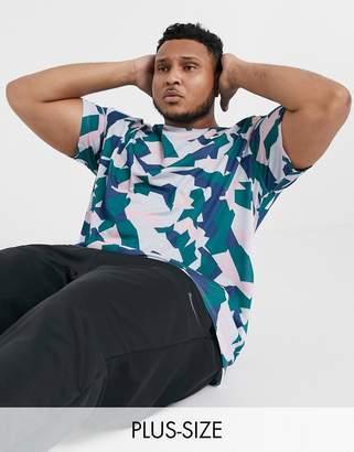 Nike Training Plus t-shirt in geometric camo print-Grey