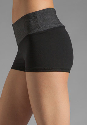 So Low Eclon Hot Yoga Short with Contrast Waist in Black/Heather Charcoal