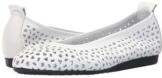 Arche Lilly (Sand) Women's Flat Shoes