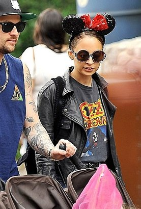 House Of Harlow Dreamer Sunglasses in Black as Seen On Nicole Richie